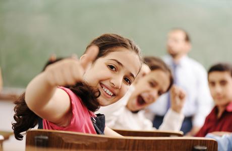 """Geçtiğimiz hafta Dr. Özgür BOLAT içeriği ''Eğitimde Doğru Bildiğimiz Yanlışlar'' olan bir seminer verdi. Salon neredeyse tamamen doluydu diyebiliriz. Anneler, babalar, eğitmenler ve öğretmenler seminere büyük ilgi gösterdiler. Yönelttikleri sorularla, esprili ve sıkıcı olmayan bir eğitimdi. Seminere öncelikle bir kıyasla başladı Özgür Bey, iki fotoğraf getirdi izleyicilerin karşısına çok başarılı bir arkadaşı olan bütün sınavları birincilikle tamamlayarak geçirdiği bir eğitim hayatına sahip, henüz üniversite öğrencisiyken bile dünya çapında tanınmış bir firmaya alınan ilk kişi olarak bilinen, şu anda Rusya'da yine global bir firmada oldukça iyi bir pozisyonda , milyon dolarlık bütçeleri yöneten arkadaşı ile köyde yaşayan hallerinden oldukça memnun yaşayan, çevreleri ile mutlu mesut bir iletişimi olan dedesi ve ninesinin fotoğrafıydı bunlar. Bu fotoğrafları getirdikten sonra izleyicilere dönüp; Sizce hangi resimdeki insanlar daha mutlu? diye bir soru yöneltti Eğitimci Yazar Sayın Özgür BOLAT. Herkesten cevapları topladıktan sonra açıklama yaptı. Başarılarla dolu bir hayatı olan yakın arkadaşı ''Başarı Odaklı Mutluluk'' yolunda ilerlerken, dedesi ise ''Mutluluk Odaklı Başarı'' yaşamayı tercih edenlerden. Aslında böyle bir kıyas ne kadar doğru ne kadar yanlış bilinmez ama yinede bir cevap vermek gerekiyorsa çoğunluğun ikinciden yana olduğunu belirtmek isterim. Aslında mutluluğun en önemli kaynağı kabul görmek. Dedesi mutlu çünkü etrafındaki insanlar tarafından kabul görmüş, arkadaşı mutlu çünkü çok başarılı olarak kendini kanıtlamış ve kabul görmüş. Kabul görme başlığı da kendi arasında ikiye ayrılıyor. İÇ kaynaklı ve DIŞ kaynaklı olarak. İç kaynaklı olan mutluluk; huzur, değerler ve ilişkilerden beslenir. Dış kaynaklı olan mutluluk para, mevkii, marka, ün gibi tamamen dışarıya dönük yakalanan bir duygudur. Sonrasında da eklemeyi unutmadan asıl önemli olan """"sürdürülebilir mutluluk"""" diye de ekledi Özgür Bey. Çocuklarımızın mutlu olup olamayacağı aslında birazda bizim el"""