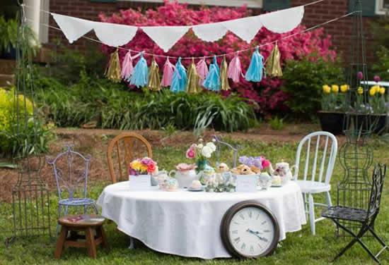 http://www.karaspartyideas.com/2013/04/mad-hatter-alice-in-wonderland-tea-party.html  Alice in Wonderland hikayesi gereği, öyle renkli öyle eğlenceli bir parti teması haline geliyorki konsepti uygularken renkleri kullanırken hiç zorlanmıyorsunuz..