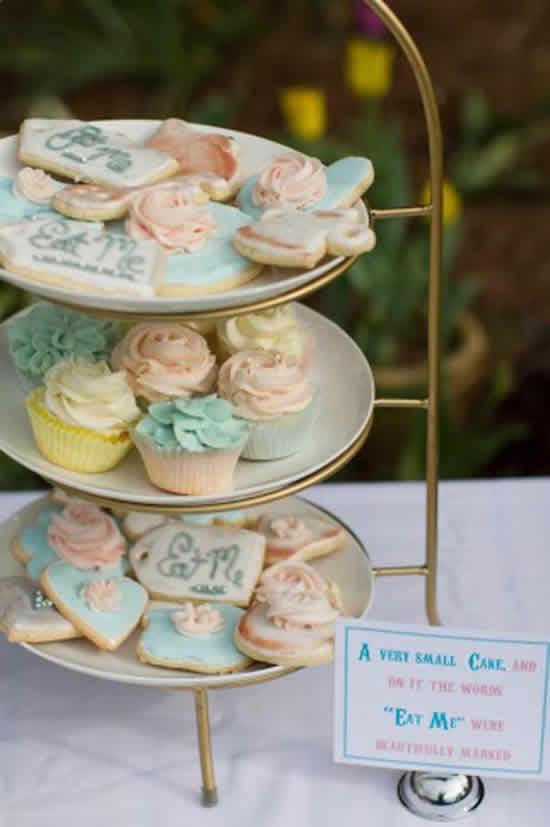 http://www.lilsugar.com/Alice-Wonderland-Birthday-Party-20330499#photo-20330531 Sizde özel gününüzü bu harika tema ile görsel bir şova dönüştürmek isterseniz hadi kutlayalım ekibi olarak her zaman yanınızdayız.. http://hadikutlayalim.blogspot.com.tr